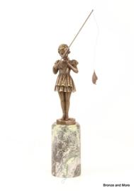 Bronzen beeld vissend meisje