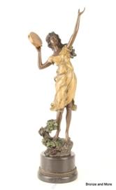 Dansende vrouw met tamboerijn beeld