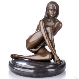 Zittende naakte vrouw brons beeld