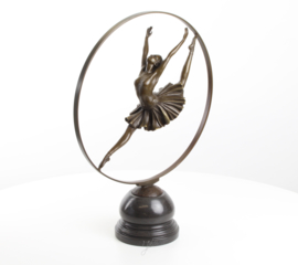 Bronzen gymnaste met hoepel beeld