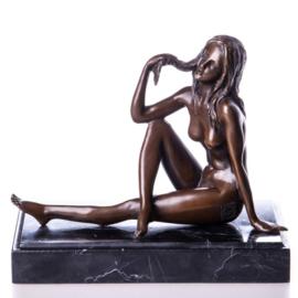 Bronzen naakt zittende vrouw beeld