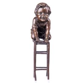 Bronzen beeld jongetje op kruk
