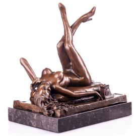Sexy vrouw met telefoon brons beeld