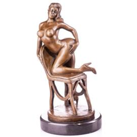 Naakte vrouw op stoel beeld