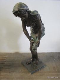 Vrouw wringt jurk uit bronzen fontein