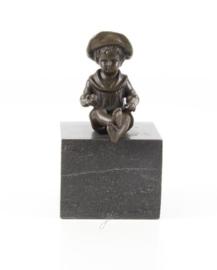 Jongen en meisje bronzen beeldjes