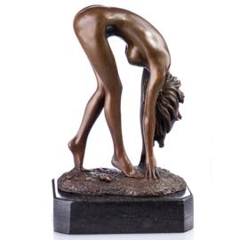 Naakt bukkende bronzen vrouw beeld