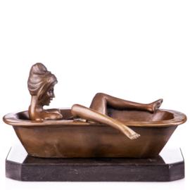 Bevredigende vrouw in ligbad beeld