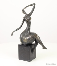 Abstract bronzen beeld naakte vrouw