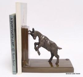 Bronzen boekensteun met een geit