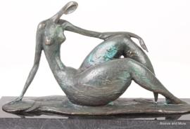 Abstract bronzen beeld rustende vrouw