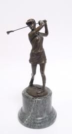 Bronzen golfspeelster beeld