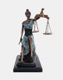 Justitia zittend groen patina beeld