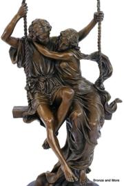 Verliefd op schommel brons beeld