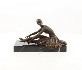 Bronzen beeld zittende danseres
