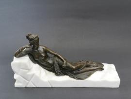 Bronzen rustende vrouw beeld