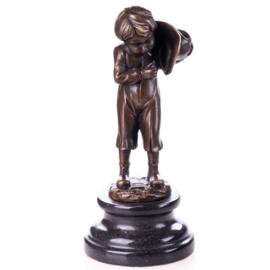 Stiekem rokend jongetje brons beeld