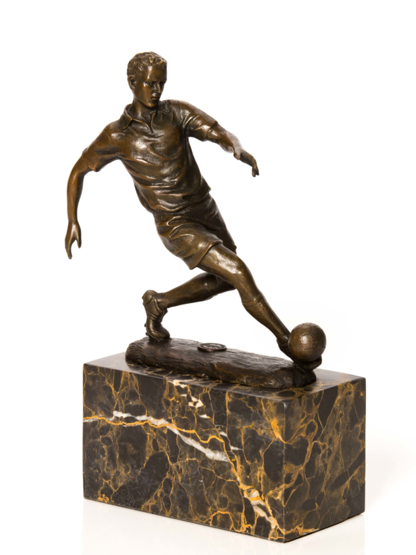 Bronzen beeld voetballer met bal
