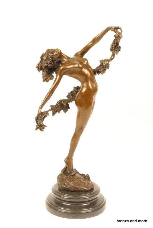 Bronzen beeld vrouw met druivenrank