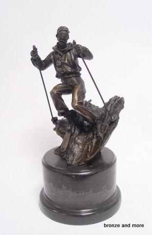 Afdalende skiër bronzen beeld