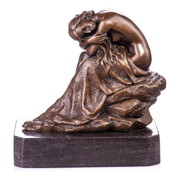 Bronzen beeld dromende vrouw