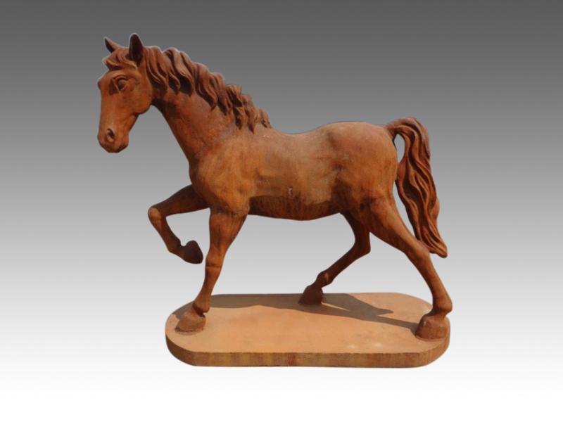 Groot gietijzeren paard beeld