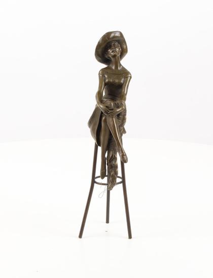 Dame met hoed op barkruk beeld