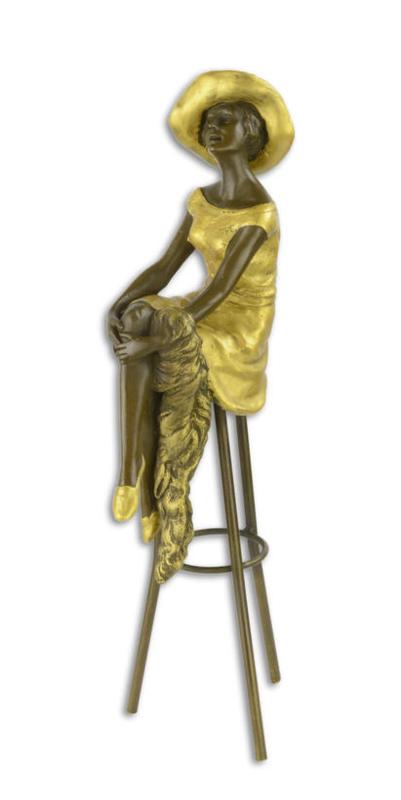 Vrouw op barkruk brons beeld