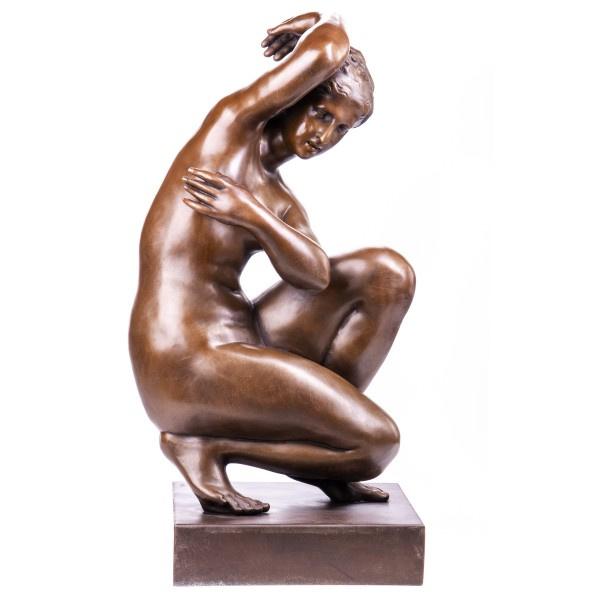 Naakt knielende vrouw bronzen beeld