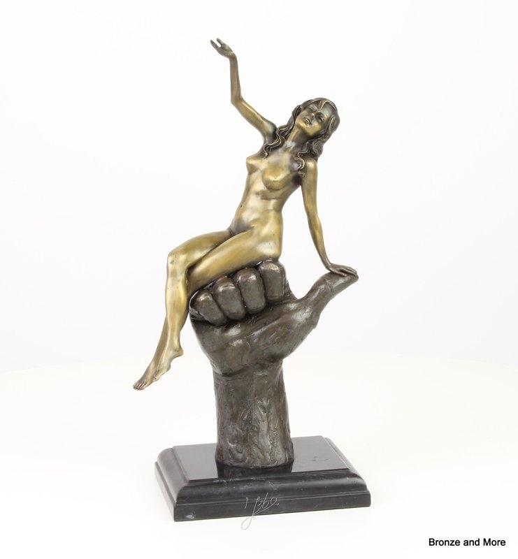 Bronzen vrouw zittend op mannenvuist