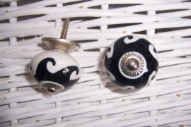 Knopje wit met zwarte vlam