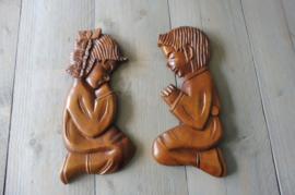 Brocante biddend jongen en meisje