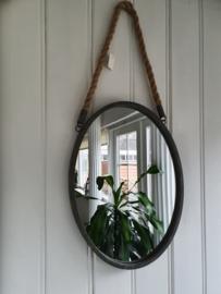 Spiegel hangend aan touw, ovaal