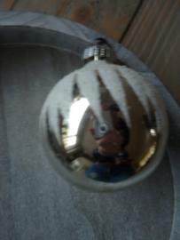 Oude kerstbal met witte punten, 28