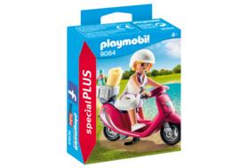 Zomers meisje met scooter