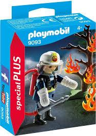 Brandweerman met brandende boom