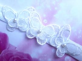 Smalle witte baby haarband met 3 kanten vlindertjes.