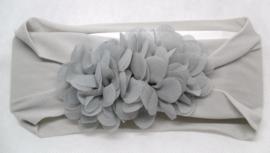 Grijze nylon baby haarband met 3 chiffon bloemetjes
