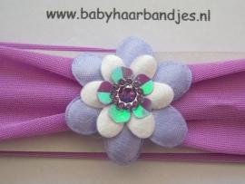 Paarse babyhaarband met bloemetjes.