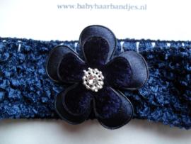 Gehaakte donkerblauwe baby haarband met bloem.
