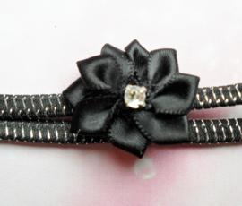 Super smalle zwart/zilveren baby haarband met mini bloem.