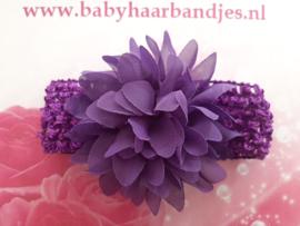 Gehaakte paarse haarband met chiffon toef.