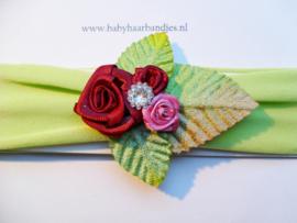 Groene baby haarband met bloemetjes.
