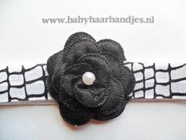 Smalle zwart/witte baby haarband met zwart bloemetje.