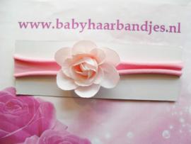 Voor de allerkleinste nylon roze haarbandje met bloem.
