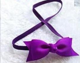 Super smal paars baby haarbandje met klein strikje