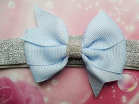 Smalle zilveren baby haarband met baby blauw strikje.