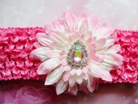 Gehaakte fuchsia haarband met bloem en stras.