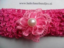 Gehaakte fuchsia haarband met rozet en parel.