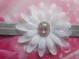 Smalle licht grijze baby haarband met bloem en strass.